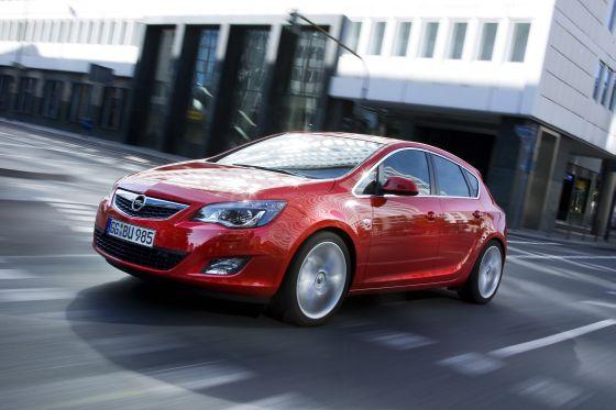 Mit edlem Design und innovativen Technologien wie der Opel-Frontkamera oder dem FlexRIDE-Fahrwerk setzt der neue Astra Maßstäbe in der Kompaktklasse. Ab dem 5. Dezember steht er bei den Opel-Händlern. (Foto: Opel)