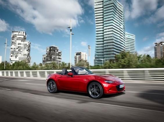 """Besser als erwartet entwickelt sich zudem die Nachfrage nach dem neuen Mazda MX-5, dem gerade erst zum """"World Car of the Year 2016"""" gewählten und gleichzeitig mit dem """"World Car Design Award 2016"""" ausgezeichneten Roadster. Allein im ersten Quartal setzte Mazda 1.500 Fahrzeuge ab. (Foto: Mazda)"""